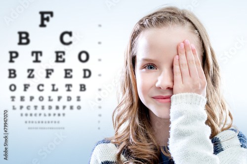 Child reviewing eyesight. - 79947070