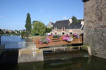 Le Dahouët ,son moulin,son pont fleuri.