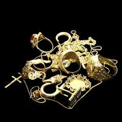 Halsketten, Ring und Ohrringe aus Gold
