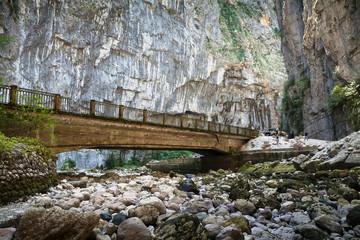 Мост через высохшую горную реку в ущелье. Абхазия