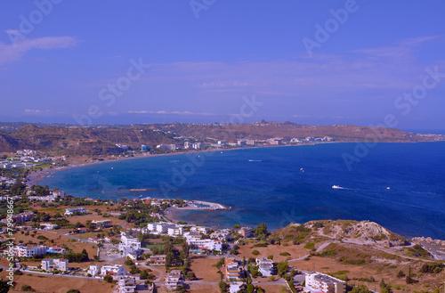 Miasto i plaża w zatoce na wyspie Rodos.