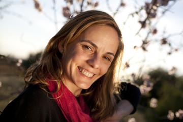 Retrato de mujer rubia sonriendo en contraluz