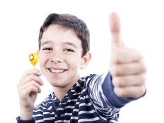 Niño con muñeco sonriente haciendo gesto de ok