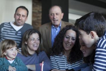 Familia reunida en torno a vela de cumpleaños