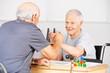 Zwei alte Senioren halten Hände im Pflegeheim