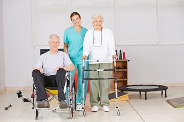 Zwei Senioren im Pflegeheim bei der Physiotherapie