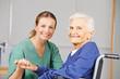 Leinwanddruck Bild Altenpflege durch Krankenschwester bei Seniorin