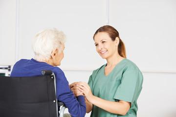 Alte Frau als Patientin mit Krankenschwester