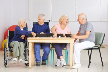 Gruppe Senioren spielt gemeinsam Rummy