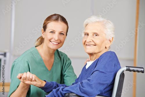 Leinwanddruck Bild - Robert Kneschke : Altenpflege durch Krankenschwester bei Seniorin