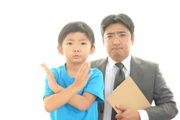 怒った表情の先生と男の子