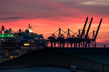 Hafenszene mit rotem Himmel