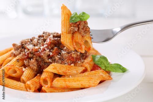 Foto op Plexiglas Kruidenierswinkel Essen Penne Rigate Bolognese oder Bolognaise Sauce Nudeln Pasta