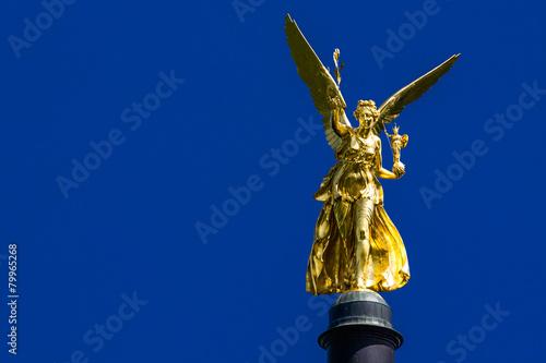Leinwanddruck Bild Friedensengel glänzt im blauen Münchner Himmel