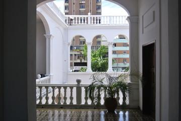 Reflet contemporein dans un bâtiment colonial au Venezuela