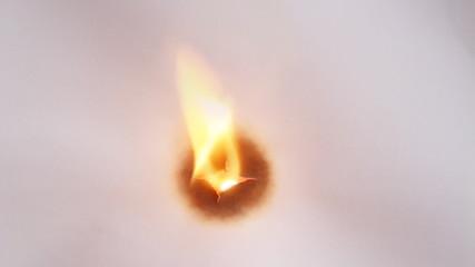 Feuer brennt kreisförmiges Loch in Papier