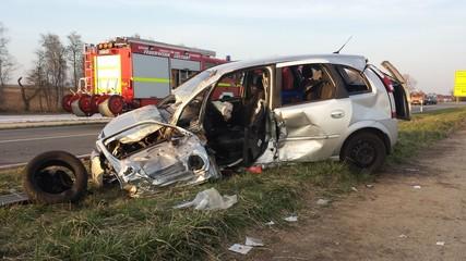 Schwerer Autounfall auf einer Bundesstraße