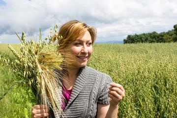 Landwirtin mit verschiedenen Getreidesorten