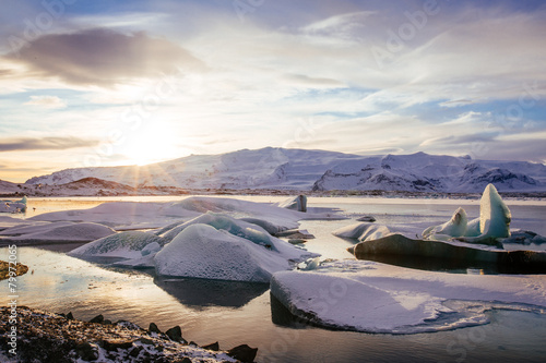 In de dag Gletsjers Iceland, sunset over Jokulsarlon Glacier Lagoon