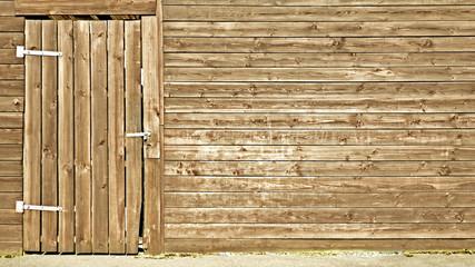 Holzwand mit Tür
