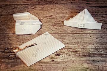 giocare con fogli di carta reciclata