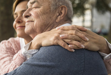 Tochter mit älterem Mannes im Freien
