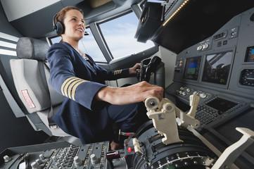 Deutschland, Bayern, München, weiblicher Flug Kapitän fliegt Flugzeug
