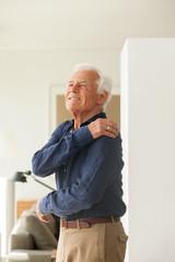 Portrait, ältere Mann mit Schmerzen in der Schulter