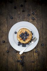 Stapel von Pfannkuchen, Blaubeeren, mit Puderzucker