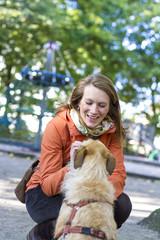 Portrait der lächelnden Frau mit ihrem Hund