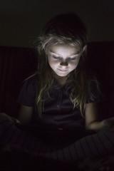 Portrait des kleinen Mädchens in Finsternis, mit Tablet - PC