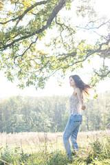 Junge Frau entspannt in der Natur