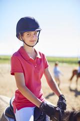 Portrait eines zuversichtlichen Mädchens auf Pferd