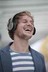 Der glückliche Mann mit Kopfhörern, Musik hören