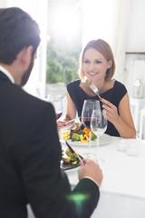 Elegantes Paar, Abendessen im Restaurant