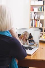 Deutschland, Leipzig, Ältere Frau in Video-Konferenz