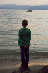 Italien, Gardasee, Junge bei Sonnenuntergang