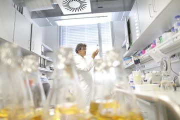 Deutschland, Freiburg, Wissenschaftler im Labor, Auswertung Proben