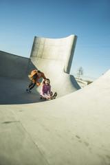 Teenager-Mädchen auf Skateboard