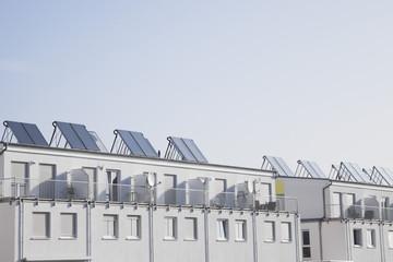Deutschland, Köln, Dach des Wohnhauses mit Sonnenkollektoren