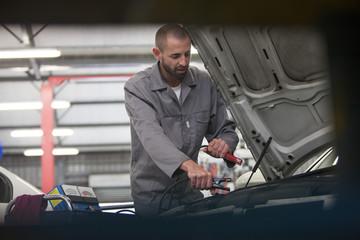 Automechaniker bei der Arbeit in Werkstatt