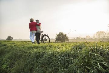 Älterer Mann und seine Tochter mit dem Fahrrad
