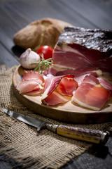 Südtiroler Speck mit italienischem Weißbrot