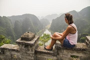 Vietnam, Ninh Binh, Junge Touristen gucken auf das Tom Coc Tal