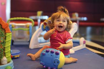 Baby, mit Spielzeug in einem Spielzimmer von Kreuzfahrtschiff