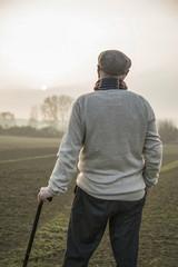 Älterer Mann in ländlicher Gegend