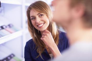 Lächelnde junge Frau schaut Mann an