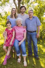 Porträt von drei Generation Familie in Garten