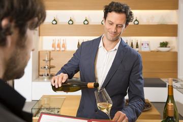 Weinprobe in einem Geschäft