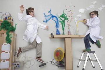 Junge und Mädchen experimentieren